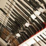 Välfyllda hyllor med vapen riskerar att tömmas snabbt om polisens rättsavdelning i södra Sverige tolkar vapenlagstiftningen rätt. Foto: Jan Henricson