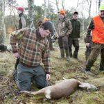 Jaktelever på Naturbruksgymnasiet i Osby utbildas i praktisk jakt och viltvård. En utbildning som kommer att försvinna om regeringen går på Skolverkets linje. Bilden är tagen i samband med ett reportage som gjordes vid Barsebäck för några år sedan. Foto: Jan Henricson