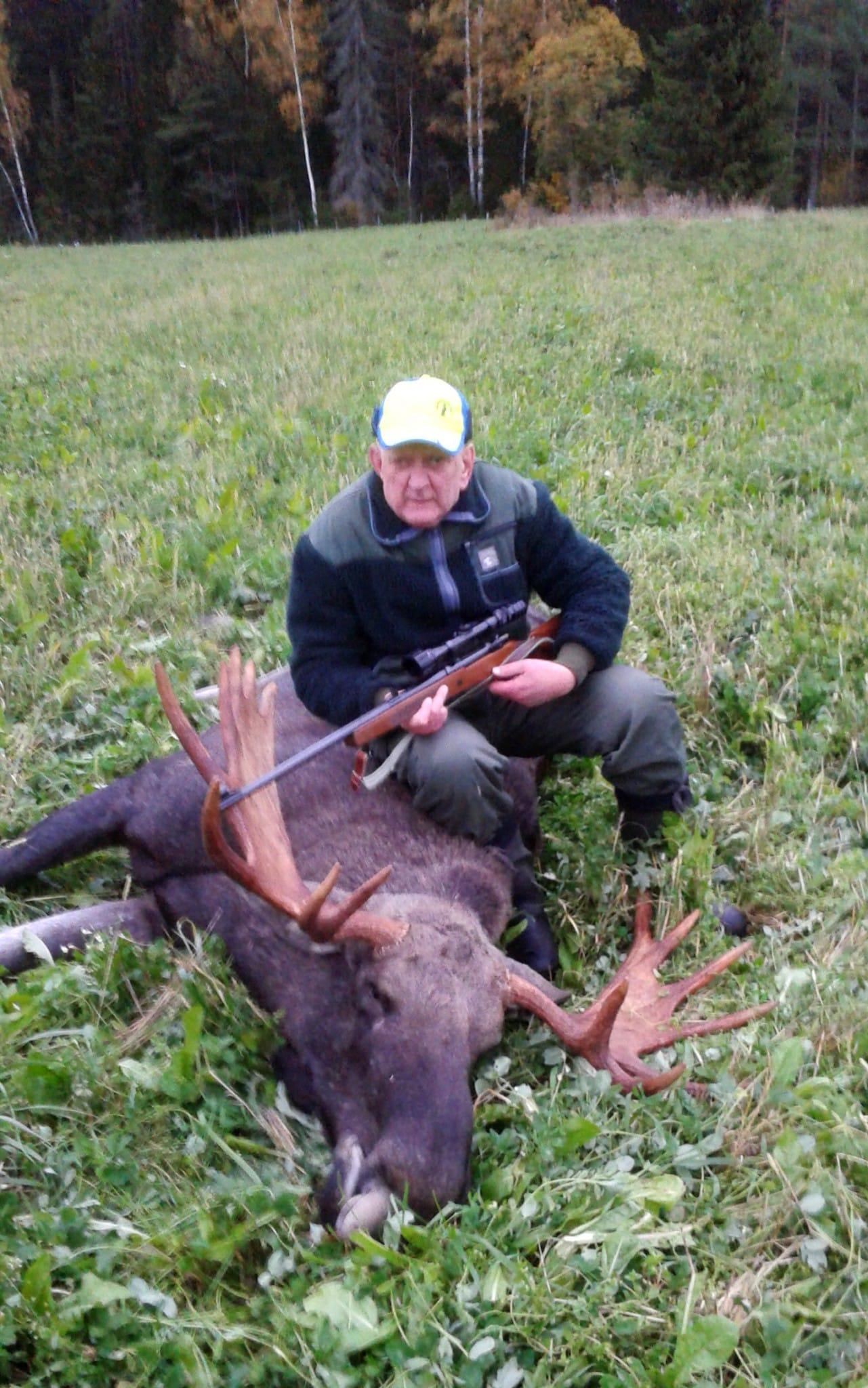 Rune Westman firade sitt 50-årsjubileum i Frebbenbo jaktlag med att fälla denna ståtliga älgtjur, den största i jaktlagets historia. Foto: Privat