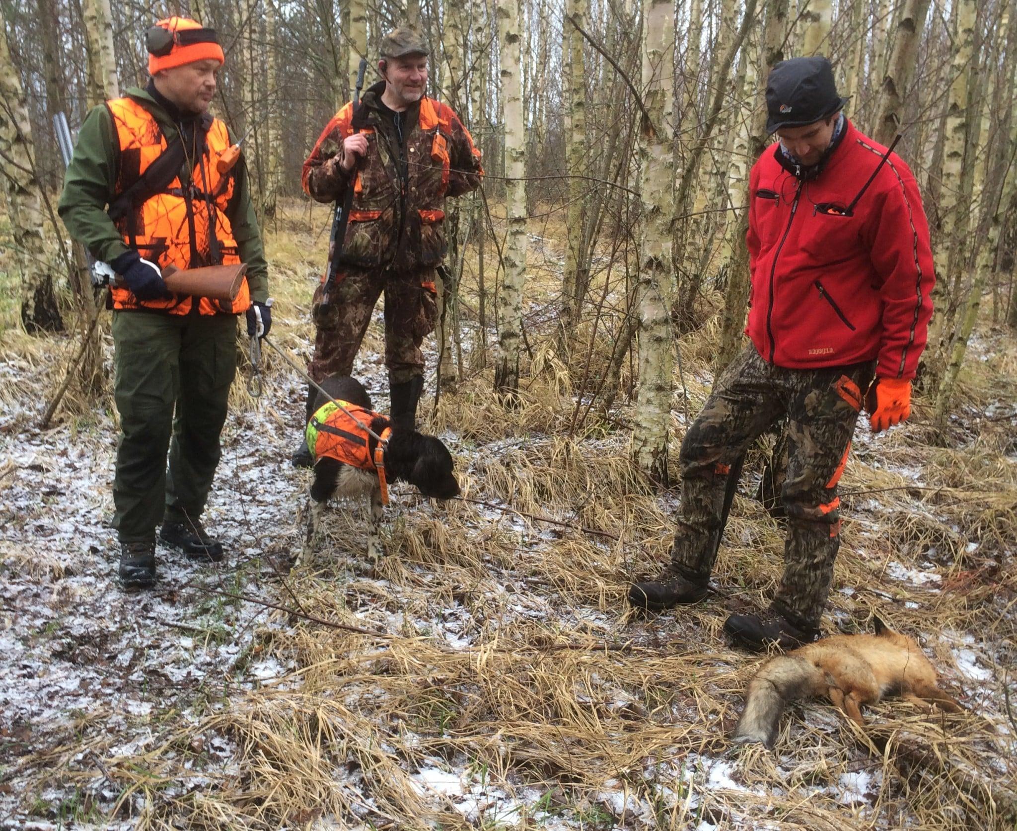 Hundförare Johan Molin, initiativtagare Anders Wiklund samt Marcus Söderberg med sin skjutna räv. Foto: Jerk Sjöberg