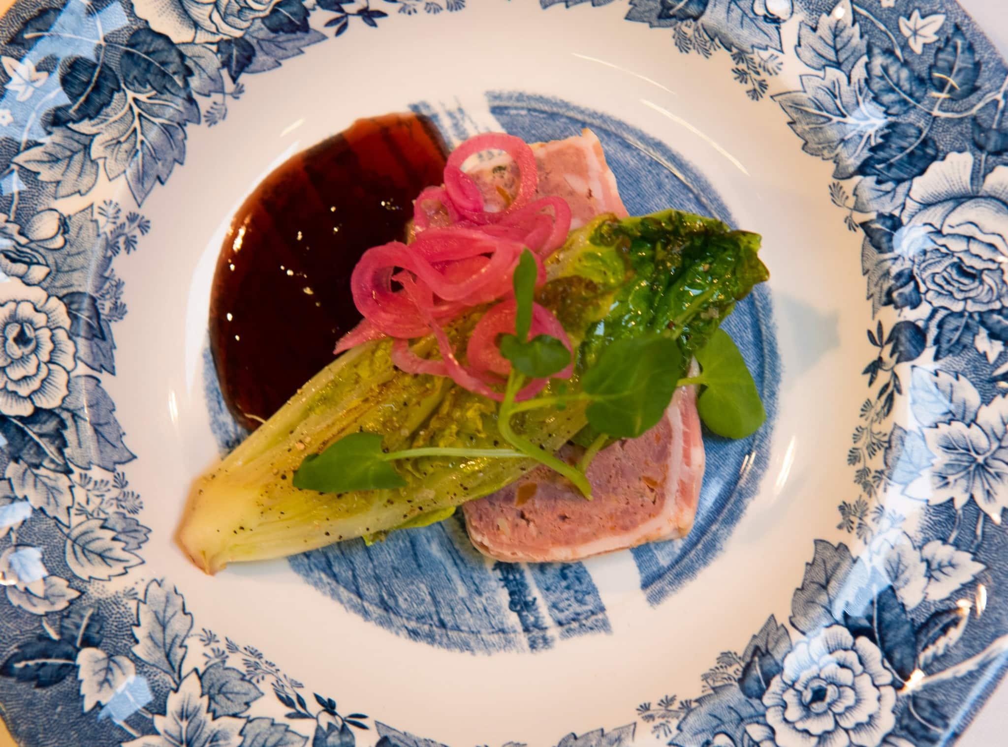 Så här serverades viltterrinen på värdshuset Ulla Winbladh, med cumberlandsås och lätt stekt hjärtsallad. Foto: Lena Runer