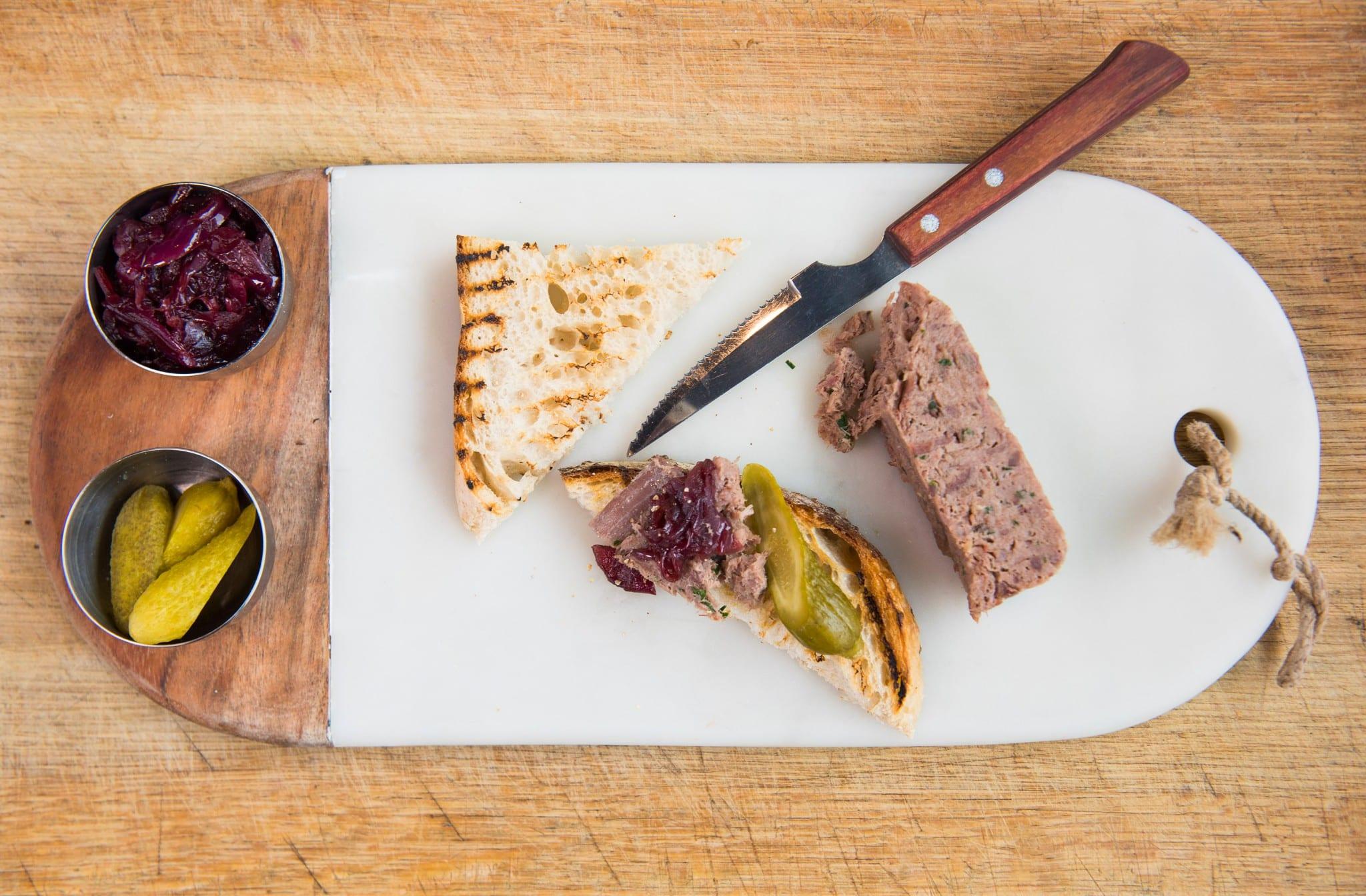 Rilette är en fransk klassiker – kött som är kokt i fett och kryddor. Servera riletten som förrätt på ett grillat surdegsbröd med cornichoner och portvinskokta rödlökar. Om du inte har vildsvinskött – använd hjort eller älg. Foto: Lena Runer