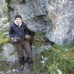 Johan Holmgren, 16 år, visar stolt upp de två fullpälsade mårdar han fångat under Gillerstenen. Foto: Bernt Karlsson