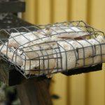 En korg av nät där man kan lägga fett. Ett komplement till fågelbordets frödiet. Foto: Torsten Mörner