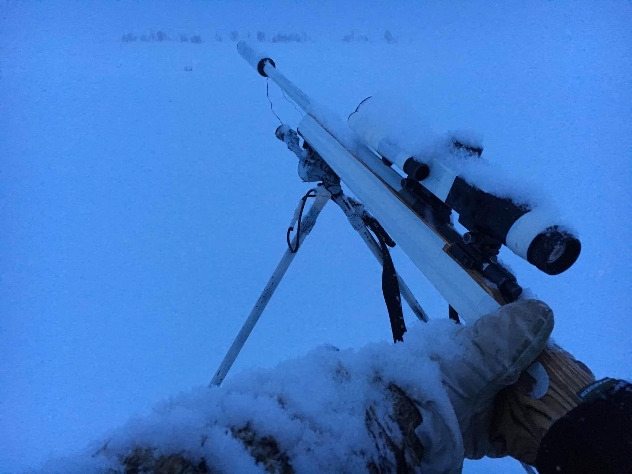 Hittar man ett färskt spår när snön vräker ner är räven inte långt borta. Då kan det löna sig att följa spåret till första bästa lämpliga pass och locka direkt. Foto: Ulf Lindroth