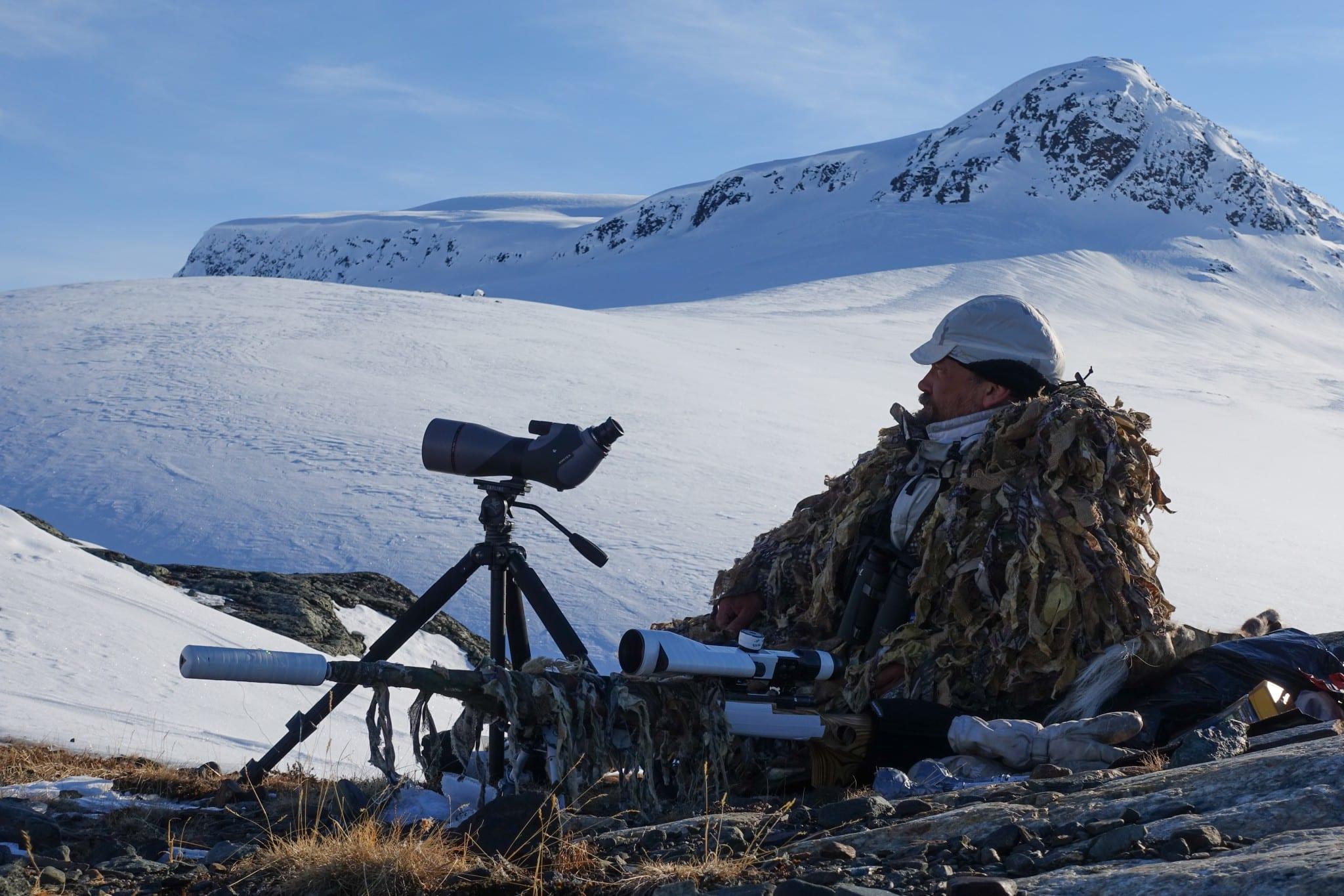 Om fokus ligger på räv snarare än på ripa kan det vara effektivt att välja en strategisk plats och vänta på en rävobs snarare än att skida runt och locka på måfå.