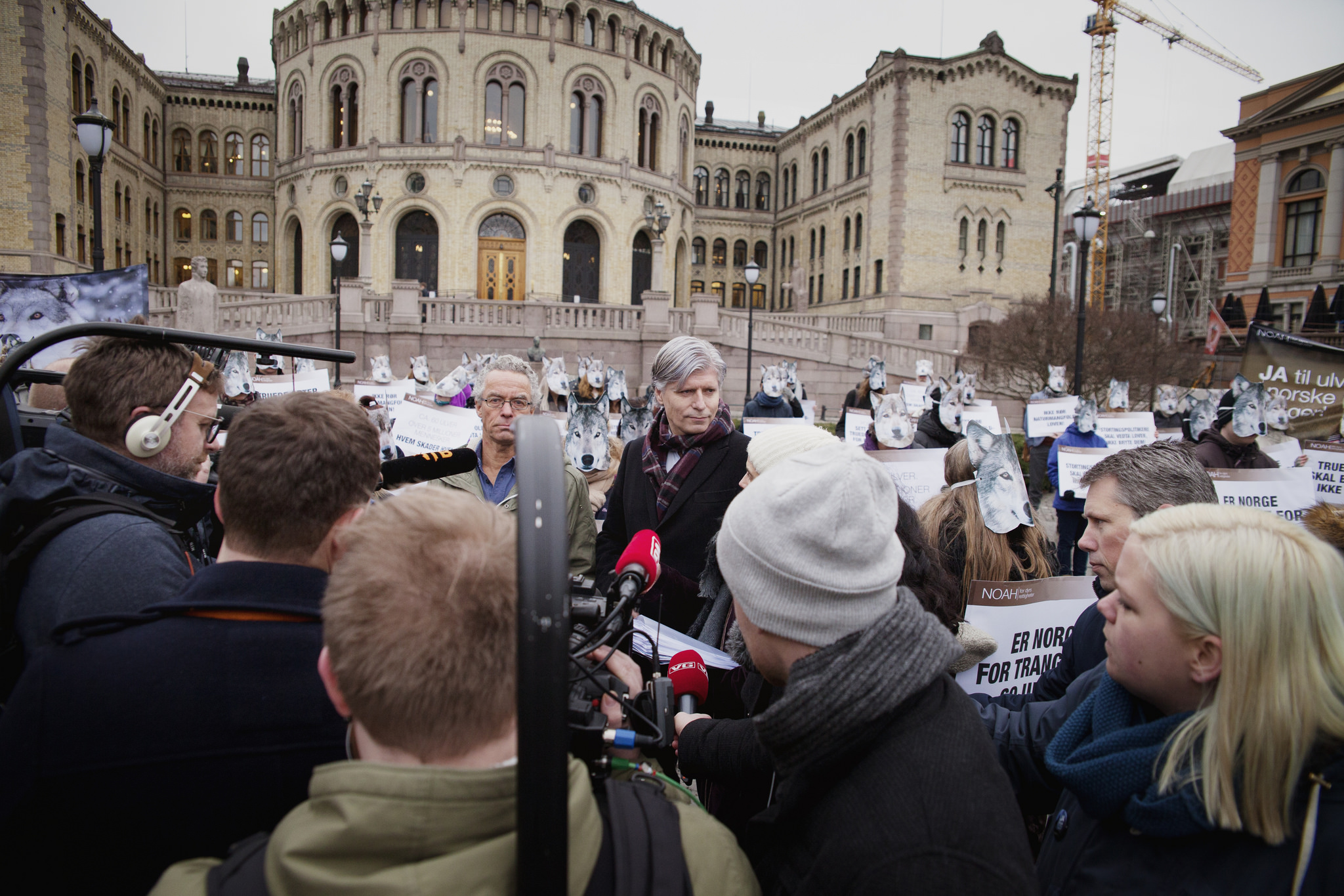 Ole Elvestuen utanför stortinget under en vargdemonstration.