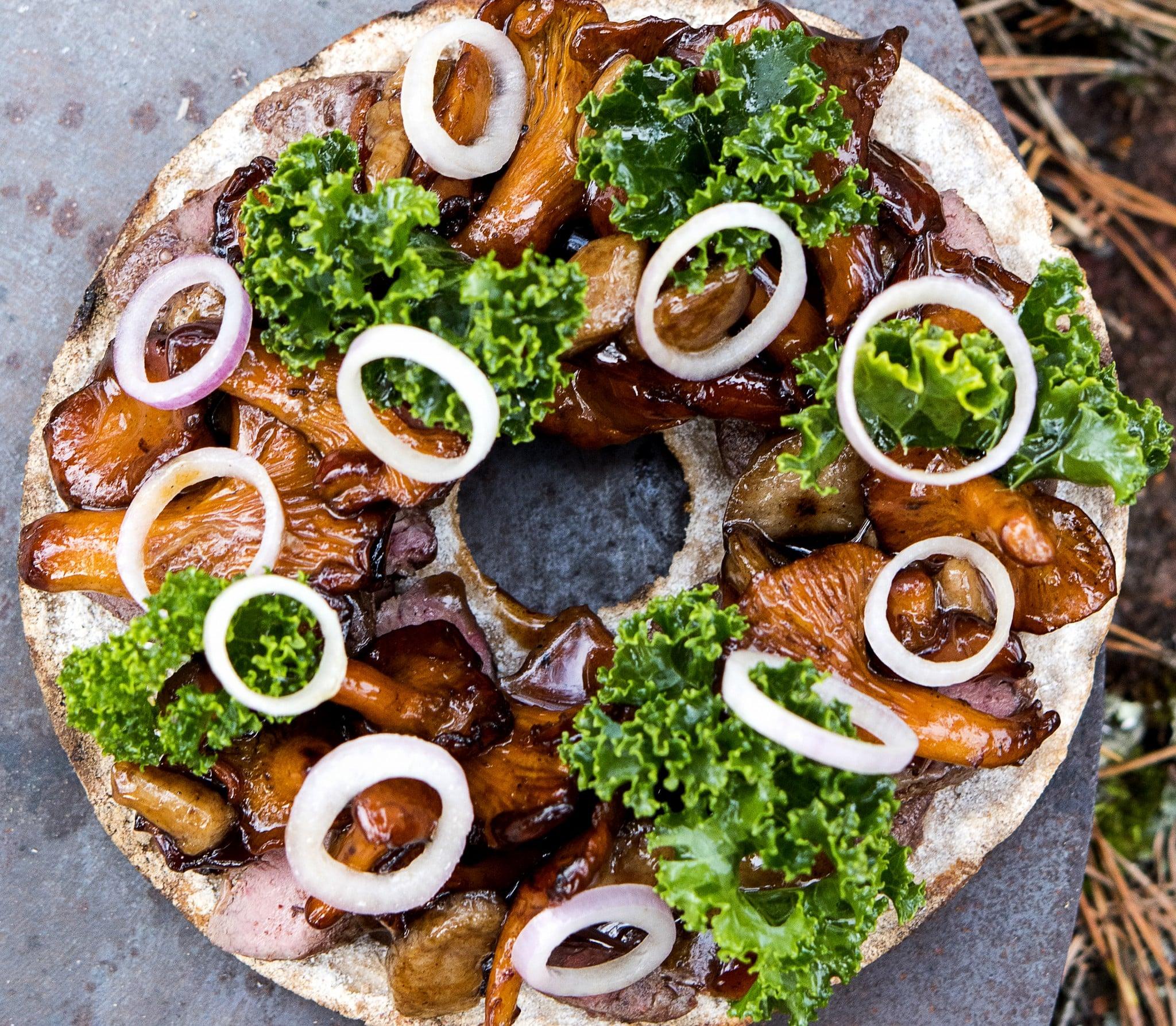 Halstrad lever på knäckebröd med sherrysvamp och grönkål. Foto: Lena Runer