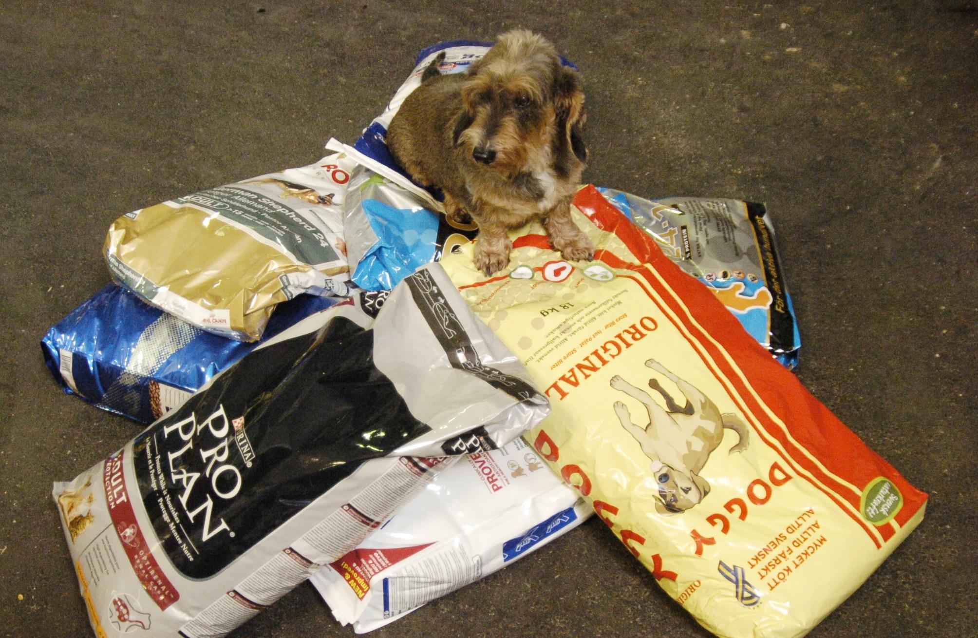Även ett billigt foder kan innehålla allt hunden behöver, men råvarorna kostar mindre att använda än de som finns i de dyrare märkena.
