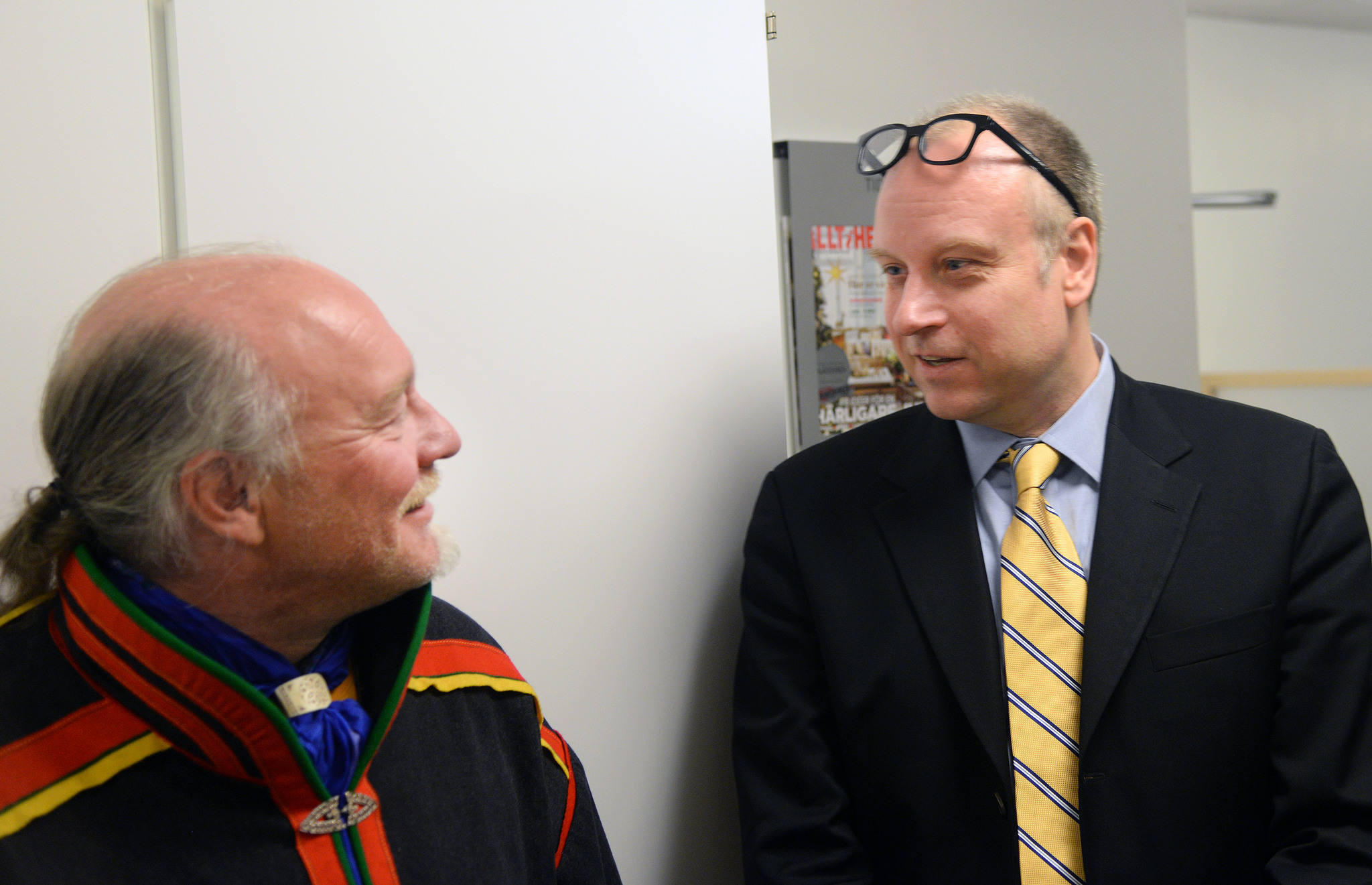 Matti Berg, ordförande Girjas sameby och Jonas Löttiger, advokat som företräder staten, i samspråk i en paus under förhandlingarna i tingsrätten i juni 2015. Nu har båda parter överklagat Hovrättens dom till Högsta domstolen.