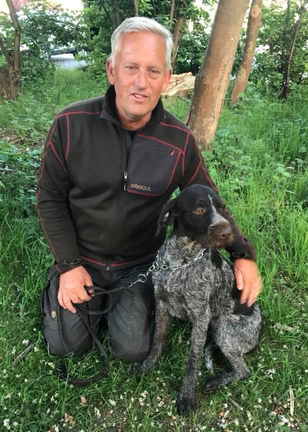 – Underskatta aldrig en hunds förmåga och sluta aldrig att lita på den, säger en trött men glad Göran Ask efter återföreningen med Cajsa. Foto: Privat