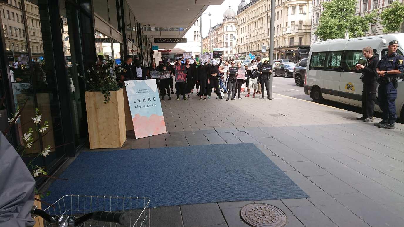 Ett 20-tal motdemonstranter stoppade tillfälligt manifestationen innan polisen ingrep och såg till att de höll sig på avstånd från Fåravelsförbundets arrangemang. Foto: Anders Lindell