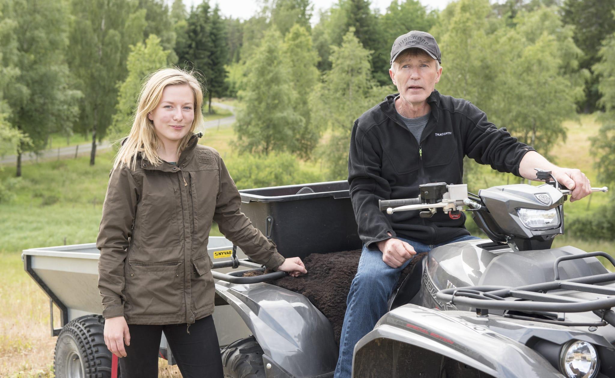 Emma Rolandsdotter och Roland Claesson vill kunna jaga tillsammans som vilken jagande familj som helst. De välkomnar regeringens beslut att underlätta för funktionshindrade jägare, men det är bara ett steg på vägen, anser de.