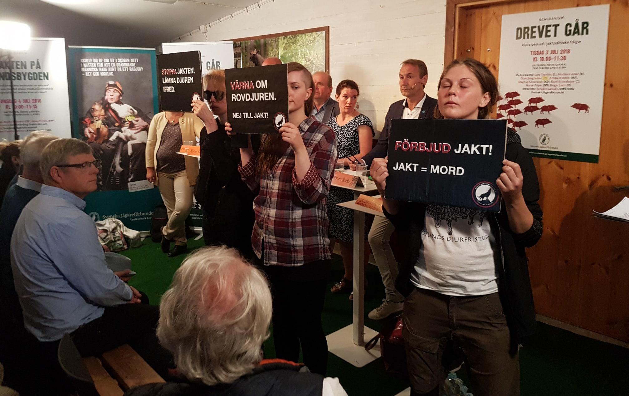 Här stör aktivister Jägareförbundets direktsända politikerutfrågning i Almedalen. Foto: Privat
