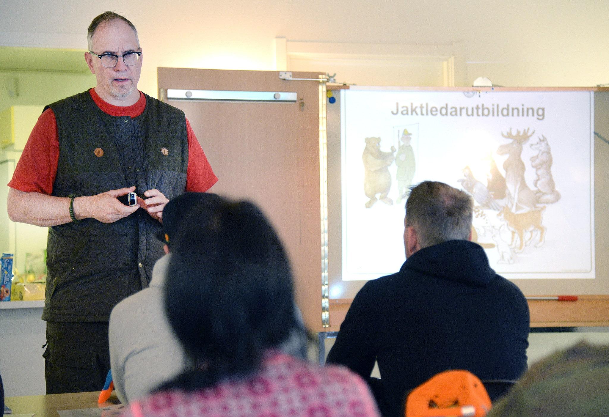 Jaktledarutbildningen är en av Jägareförbundets äldsta och mest populära utbildningar. Här är det jaktvårdskonsulent Niklas Lundberg som är kursledare.