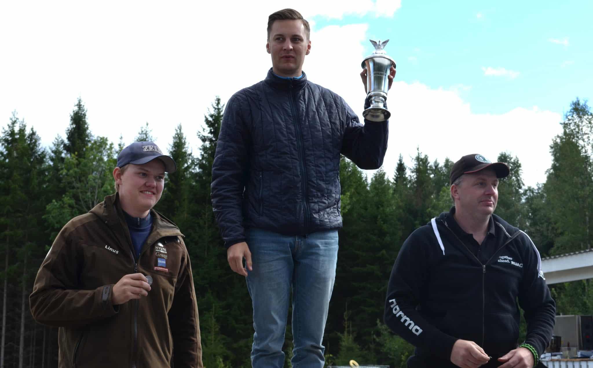 De tre medaljörerna sammanlagt vid årets Jägar-SM. Från vänster: Tvåan Linus Mellgren, segraren Emil Håkansson och trean Christian Andreasson. Foto: Lars Björk