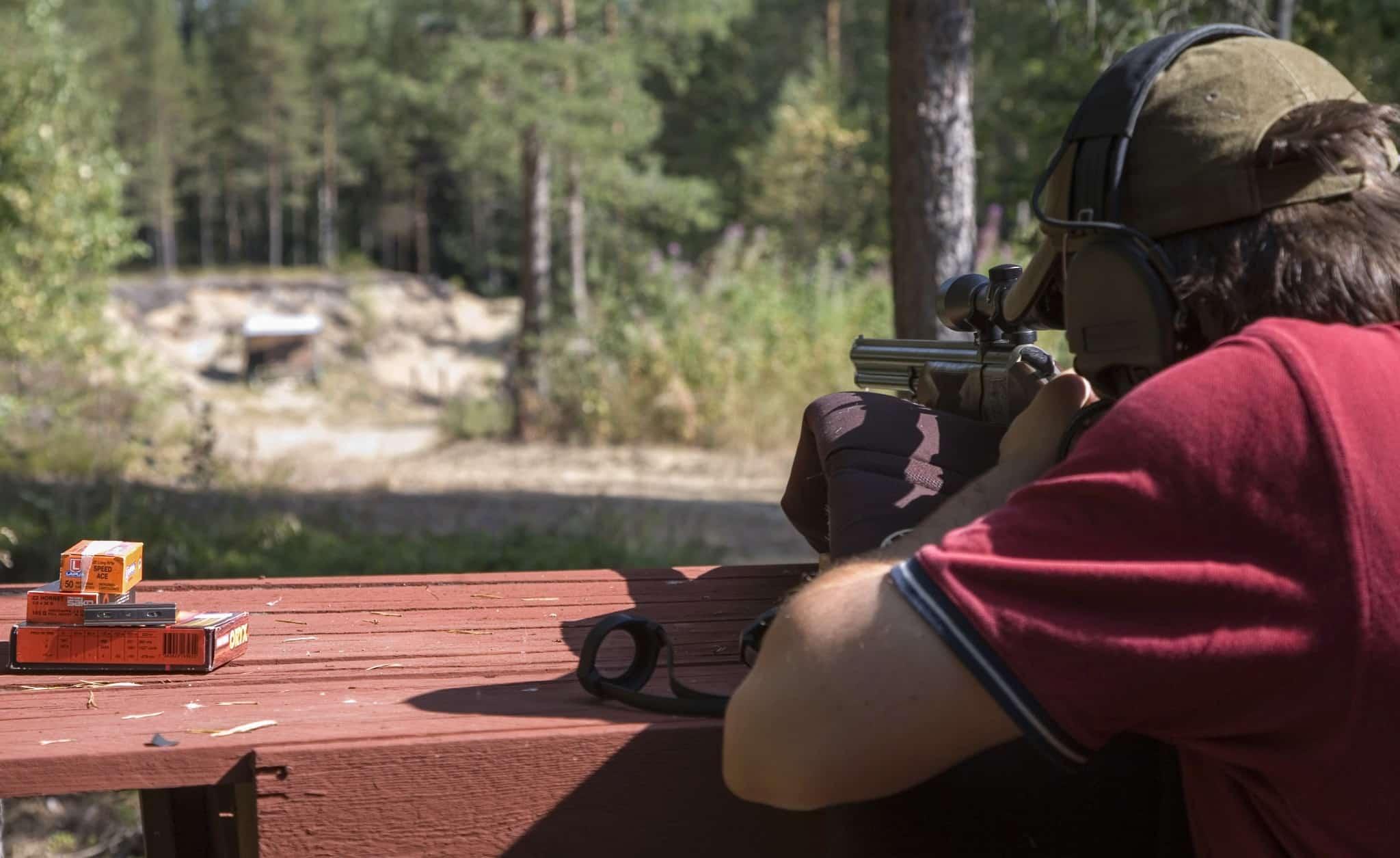 Jaktvapen bör provskjutas regelbundet. Ibland har träffläget ändrats och då behöver du skjuta in vapen och sikte på nytt. Foto: Ulf Lindroth