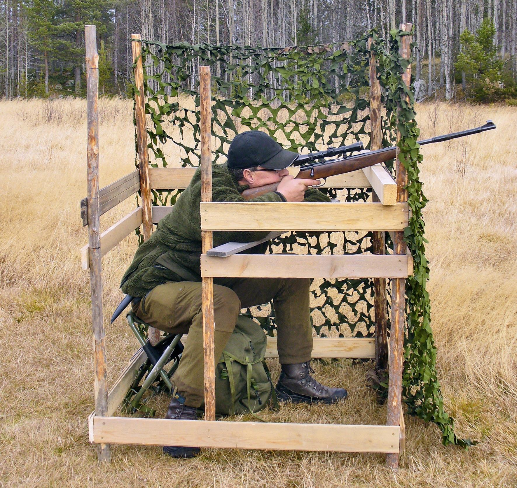 """Sitter """"målet"""" i en trädtopp behövs en lös extra regel, lämpligen 5x15 centimeter, för att få bekväm och säker skjutställning. Ingångsöppningen är ju inte alldeles nödvändig för viga personer. Foto: Leif Lindqvist"""