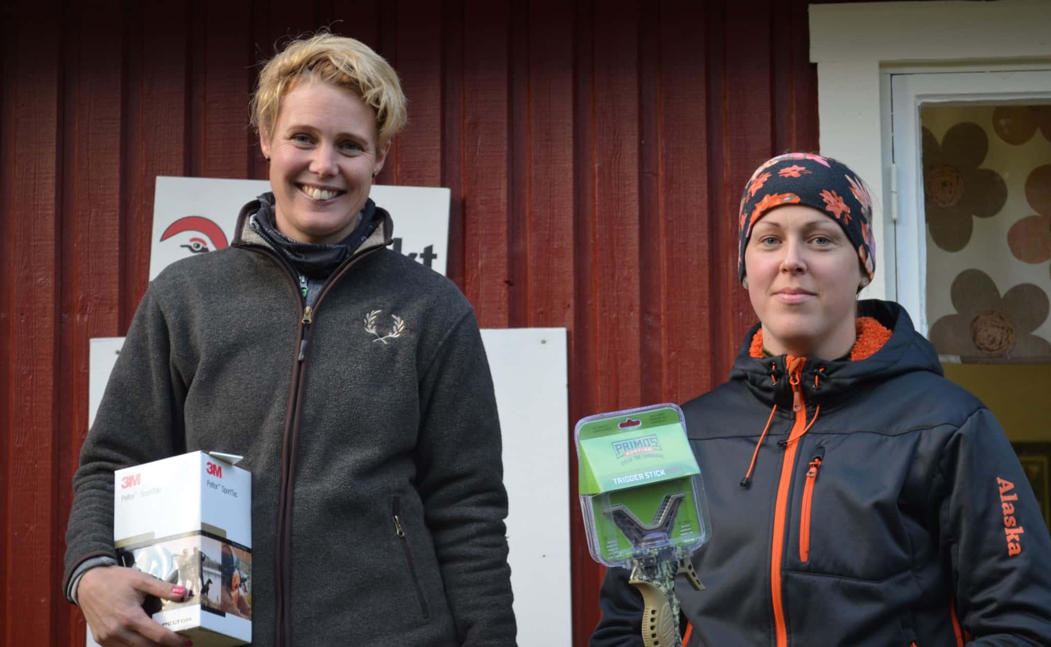 Duktiga skyttar. Från vänster segrare i damklassen Elin Runarsson och trean Jenny Holm. Saknas gör tvåan Melinda Runarsson. Foto: Lars Björk