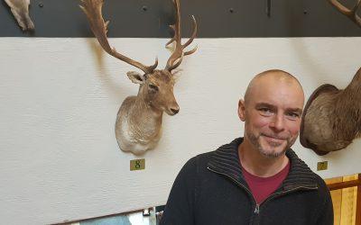 Anders Nilsson, jaktvårdskonsulent i Sörmland, snackar om dovvilt och dovviltförvaltning. Foto: Lars-Henrik Andersson
