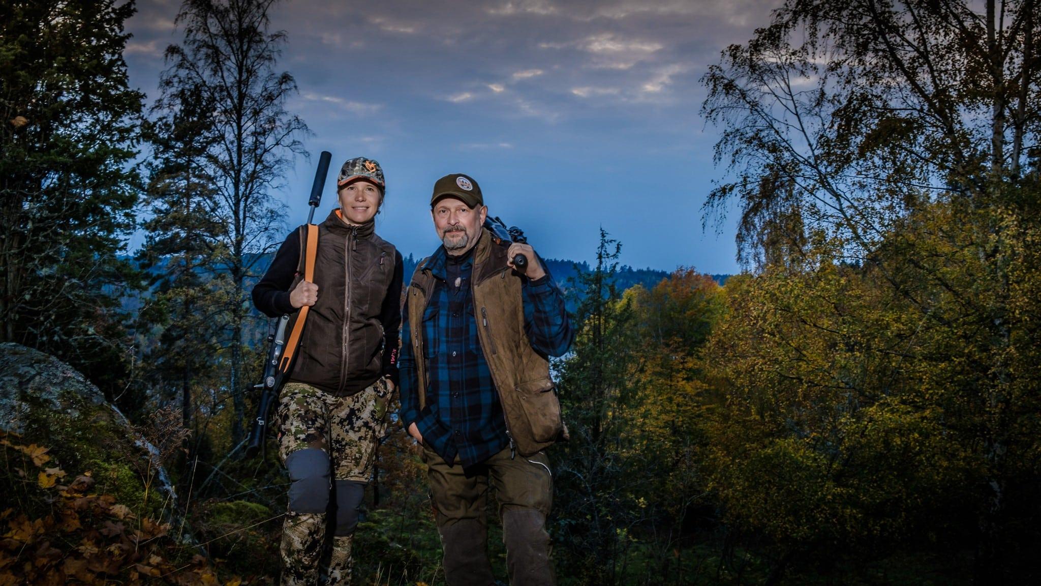 Evelina Åslund Bäck och Peter Ekeström är programledare i SVT-serien Jaktliv. Foto: SVT