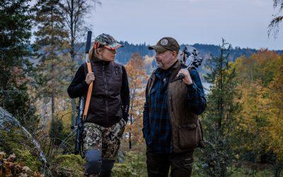 Programledare är Evelina Åslund Bäck och Peter Ekeström. Foto: SVT