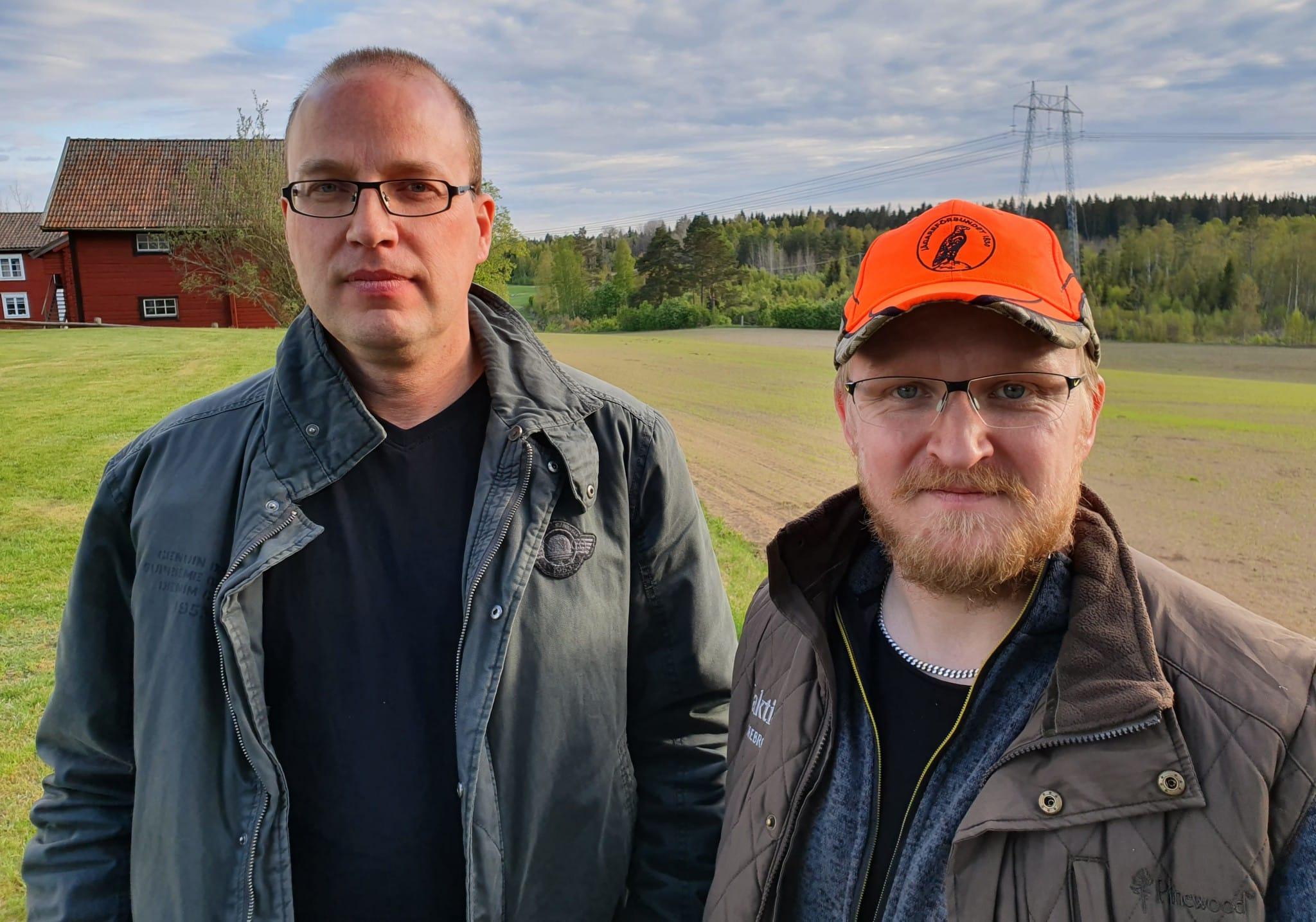 Lantbrukaren Hans Andersson (till vänster) och Jägareförbundets Samuel Svanberg sammanfördes av Vildsvinshjälpen. Foto: Göran Eriksson