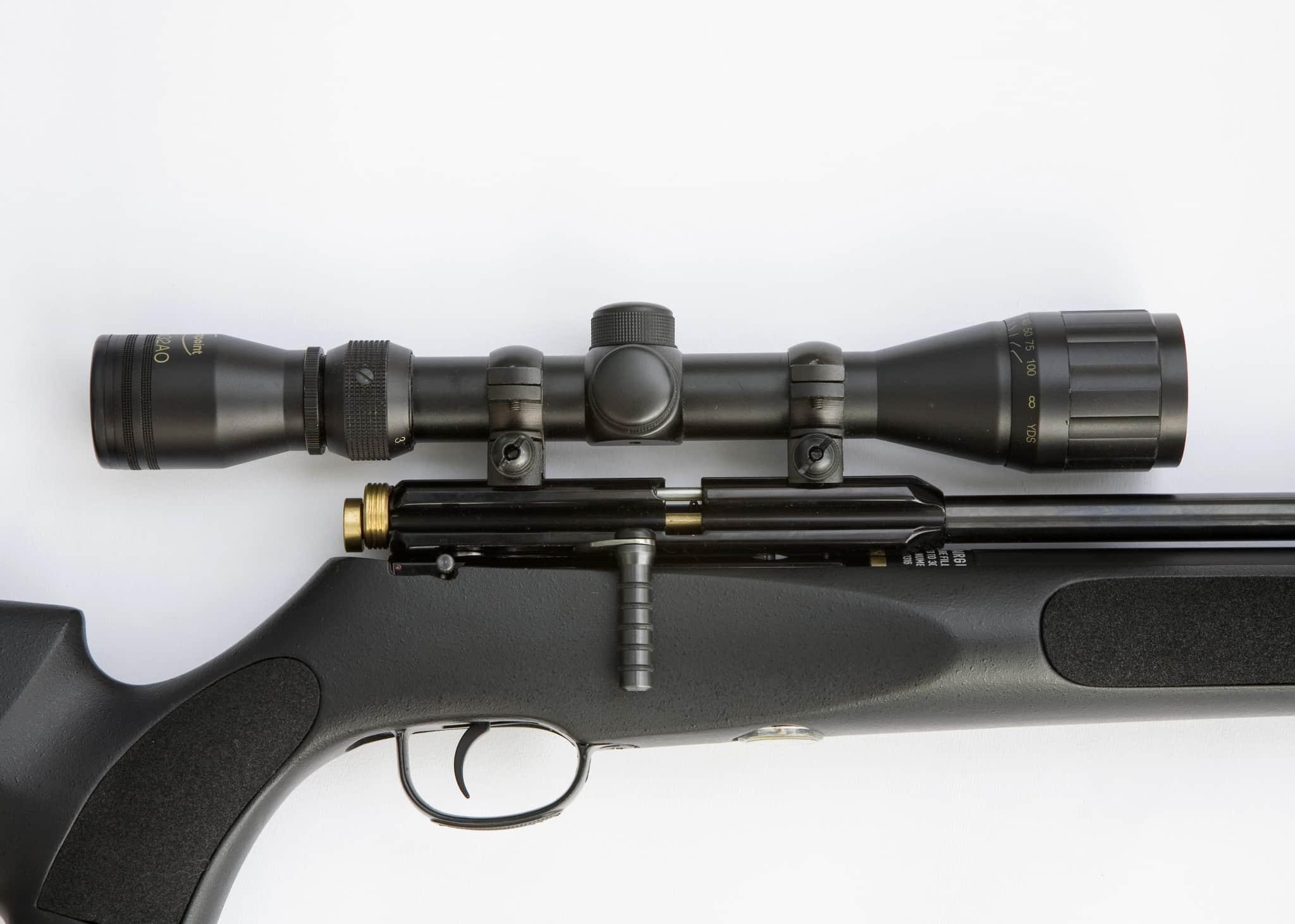 Med kikarsikte på luftgeväret kan du lära dig hur kulbanan fungerar även för din jaktstudsare. Tänk på att skotthållen är jämförelsevis korta, vilket innebär att du kan dra fördel av parallaxjustering på kikarsiktet.