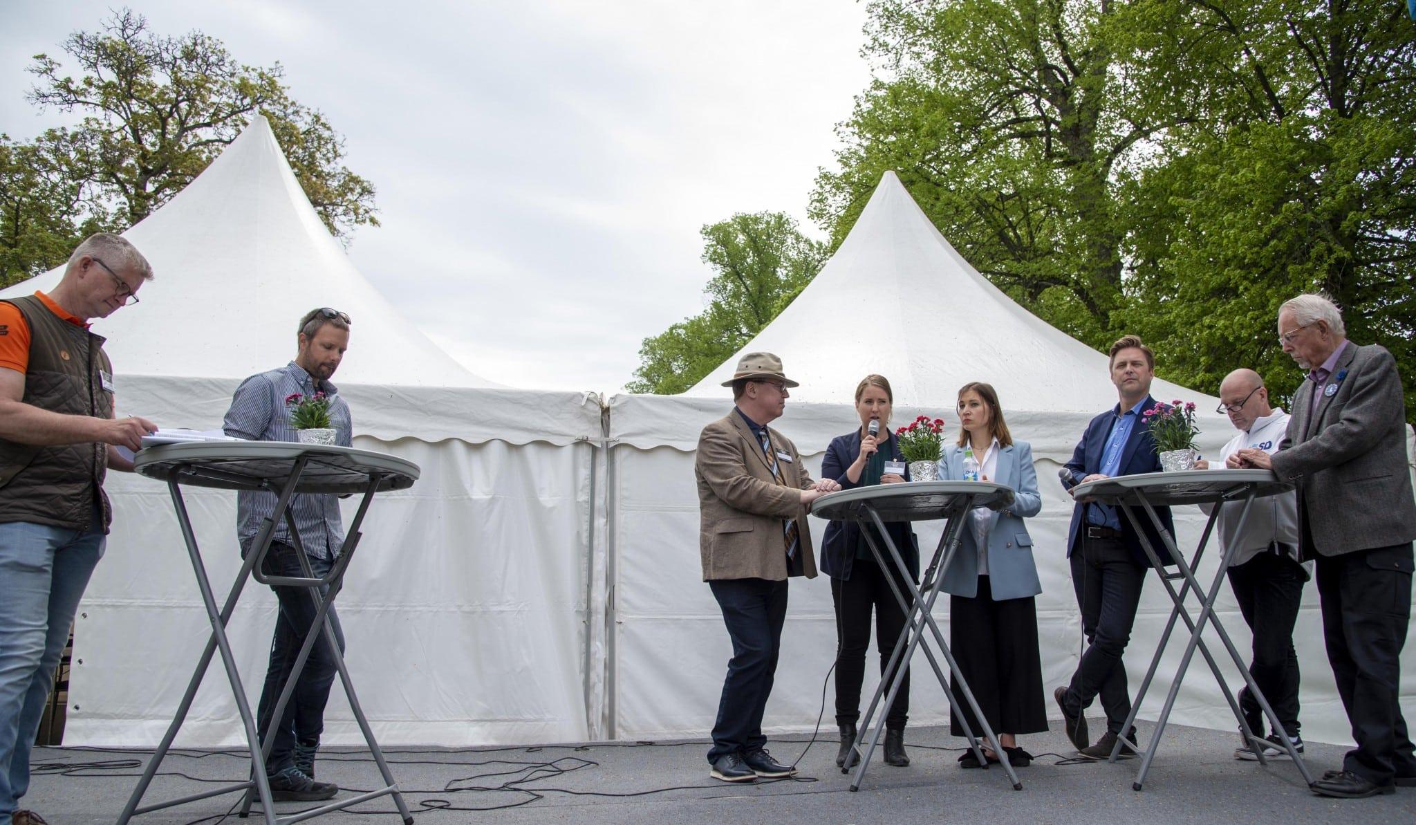 Paneldebatt om jakt- och fiskefrågor med inbjudna politiker, under ledning av Jägareförbundets generalsekreterare Bo Sköld och Nils Ljunggren från Sveriges Sportfiske- och Fiskevårdsförbund. Från vänster: Bö Sköld (Jägareförbundet), Nils Ljunggren (Sportfiskarna), Erik Bergkvist (S), Emma Wiesner (C), Ella Bohlin (KD), Christian Holm Barenfeld (M), Runar Filper (SD), Hadar Cars (L).