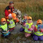 Älghunden Rasken gjorde ett bra jobb under Ö-barnas årliga älgjakt och alla barn fick skjuta en älg. Här visar barnen stolt upp två av de fällda djuren. Foto: Erik Magnusson