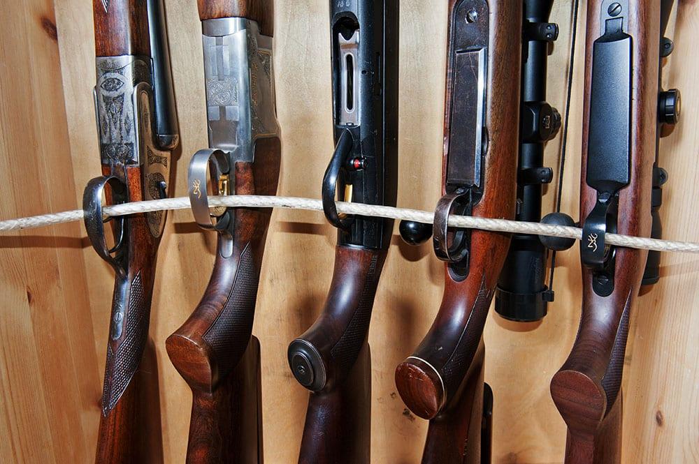 Tusentals vapen sålda vapen förvaras i de svenska jaktaffärerna i väntan på att deras nya ägare ska få licenser och därmed kunna hämta ut dem. Foto: Mattias Lilja
