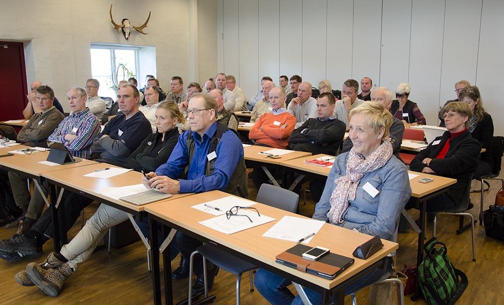 Krympande jakthundklubbar och jaktetik var två av diskussionspunkterna när klubbarna bjöds in till konferens på Öster Malma. Längst fram till höger ses SKK:s jakthundskommittés nya ordförande Britt-Marie Dornell. Foto: Nathalie Erlandsson