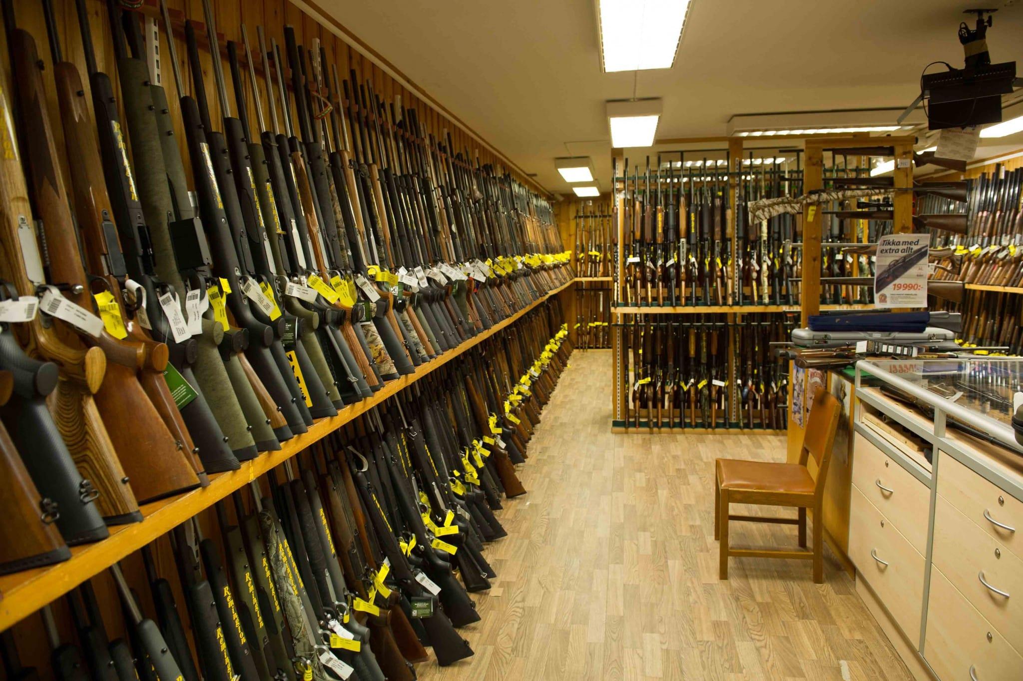Jakthandeln drabbas hårt av de långa handläggningstiderna för vapenlicenser. När köparen inte får licens måste handlarna ligga på lager i outhämtade vapen för många miljoner kronor. Foto: Mattias Lilja