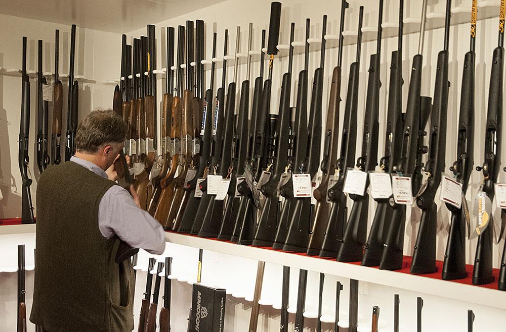 Inte bara enskilda jägare och sportskyttar utan också vapenhandlare drabbas av de långa handläggningstiderna av vapenlicenser, när sålda vapen inte kan hämtas ut och därmed betalas. Foto: Jan Henricson