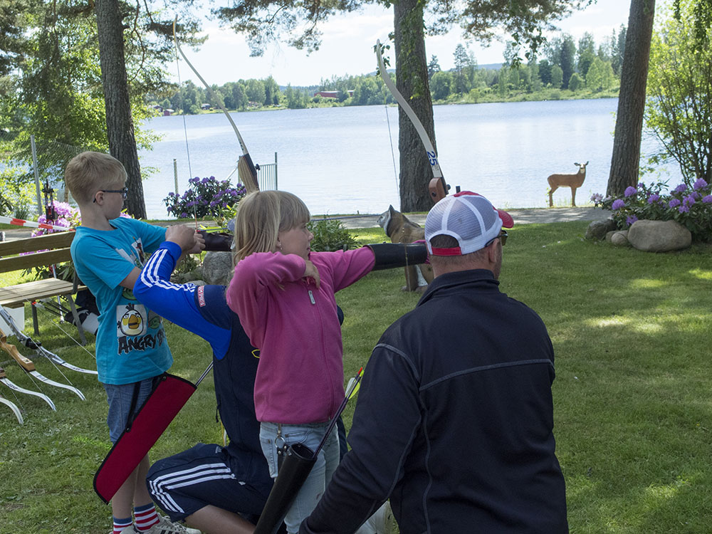 Bollnäs bågskytteklubb ordnade bågskytte på Helsinge Outdoor. Många barn och vuxna tog chansen att testa. Foto: Olle Olsson