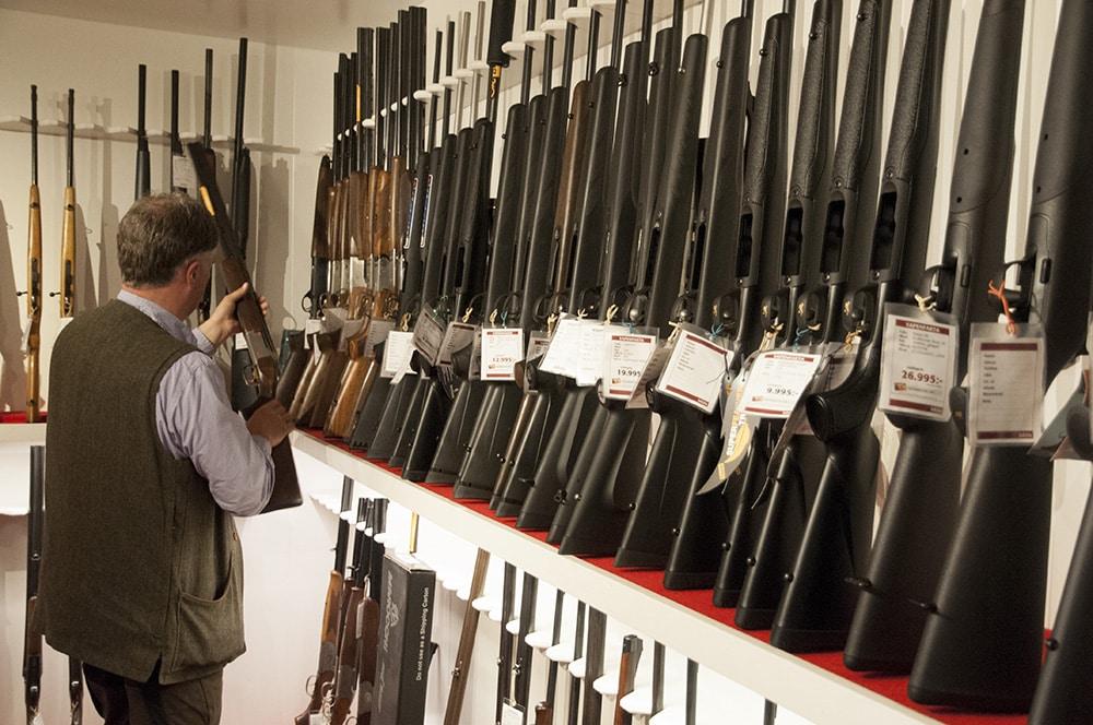 En arbetsgrupp från moderaterna föreslår att särskilt auktoriserade vapenhandlare ska få möjlighet att utfärda licens när ett vapen byts mot ett annat i samma vapenklass. Foto: Jan Henricson
