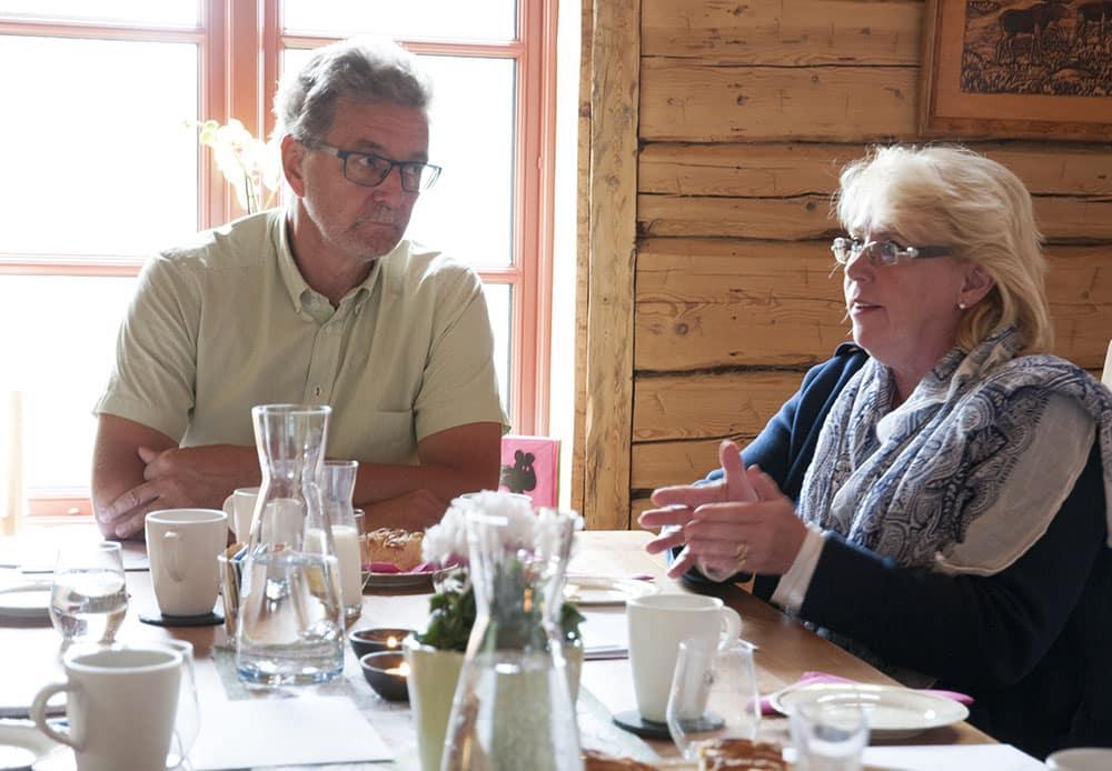 Fårägaren Lars Olof Lyrdal diskuterar rovdjursförvaltning med miljöminister Lena Ek. Foto: Jan Henricson