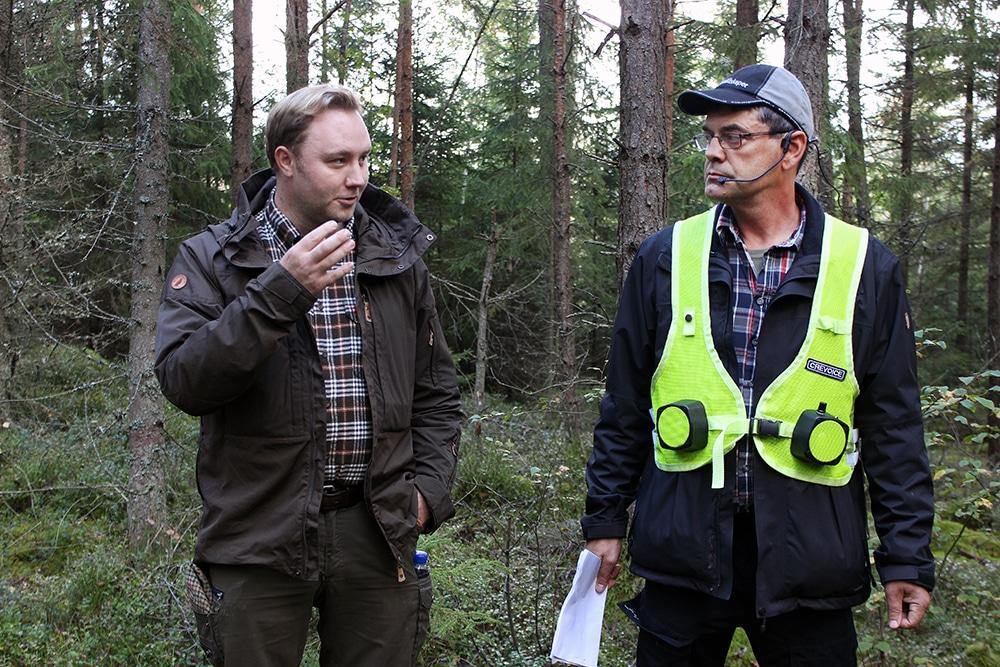 Elias Turesson, jaktvårdskonsulent i Kronobergs län, och markägare Magnus Strandberg berättar om viltvårdsarbetet som gjorts i Almås. Foto: Matilda Ermeland