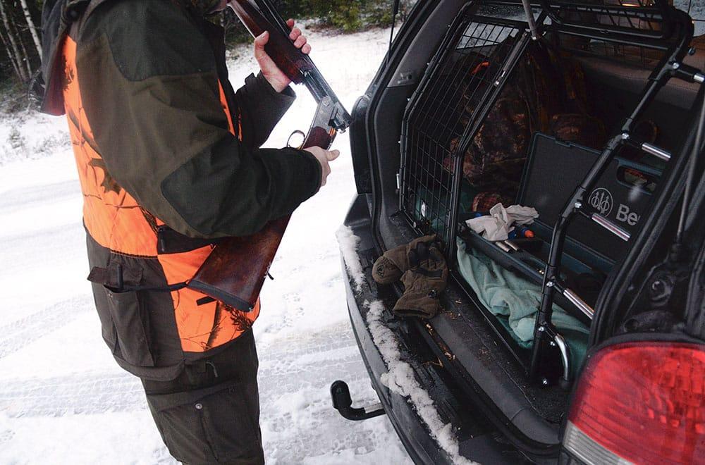 Kom ihåg att göra patron ur och inte förvara ammunition i magasin under bilfärd. I höst har polisen i Norrbotten stoppat ett tjugotal jägare som haft vapnet laddat under bilfärden. Foto: Lars-Henrik Andersson
