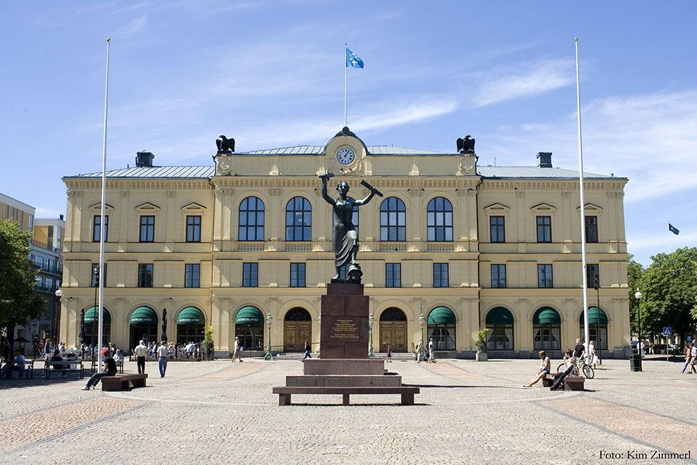 Trots rovdjursutredningar, politiska beslut och annat är det Karlstads förvaltningsrätt (bilden) som numera helt och hållet har den svenska vargförvaltningen i sin hand.