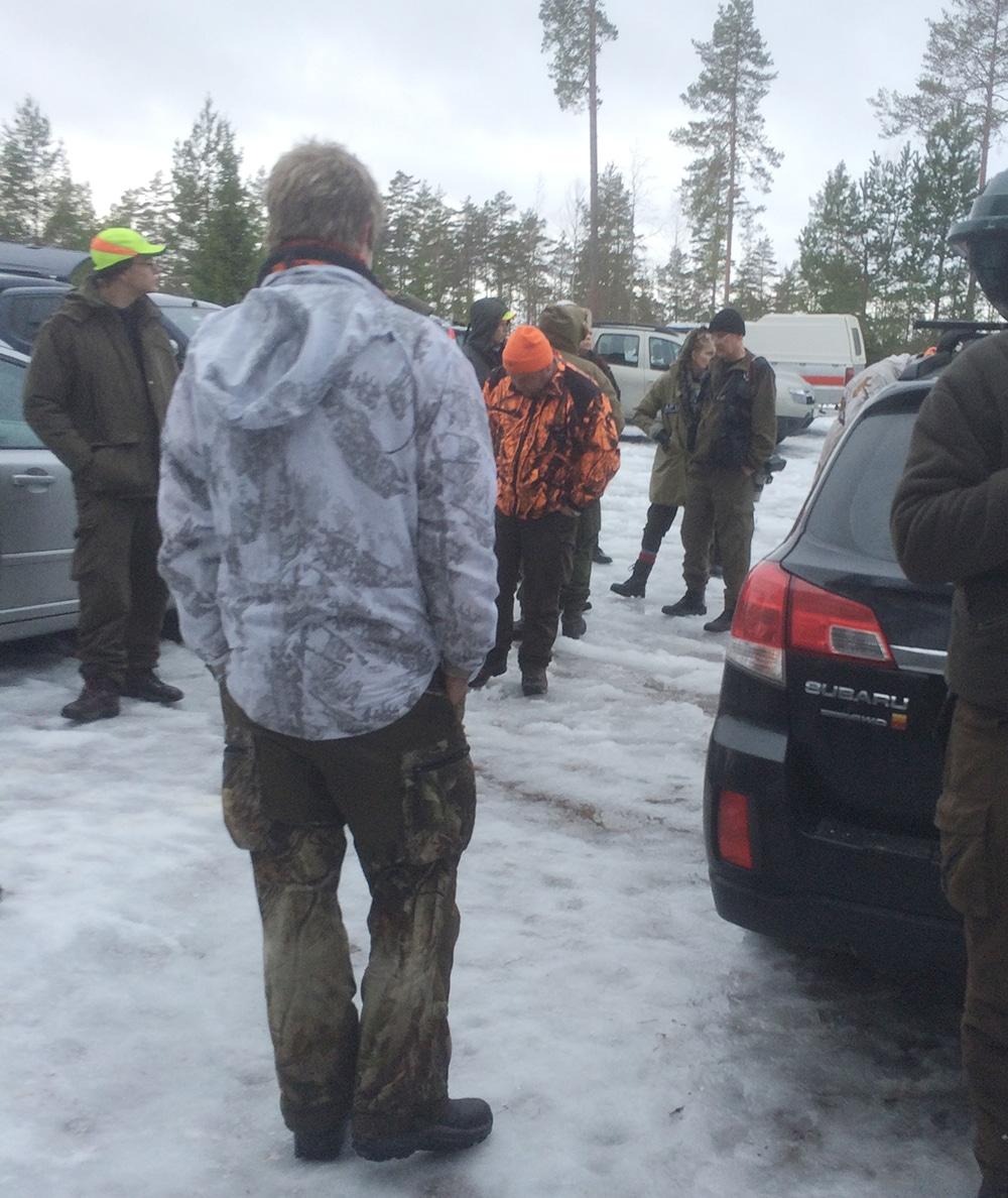 En ögonblicksbild från verkligheten då personer från APU störde och dokumenterade vargjägarna i Gårdsjöreviret. Inkräktarna, åtminstone en med kamera, syns längst bort i bilden. Foto: Privat
