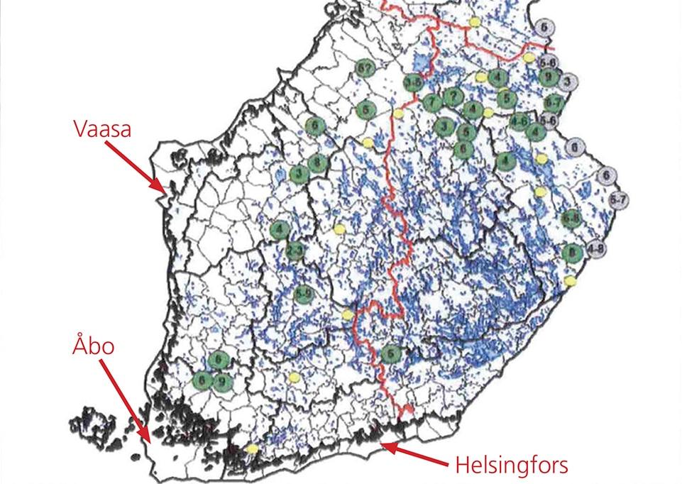 De gröna cirklarna är aktiva revir med valpar (inklusive antal individer i flocken), de grå är vargflockar på ryska gränsen, så kallade gränsflockar/gränsrevir. Gula cirklar är par utan valpar. De är inte revir, men kan utgöra framtida revir. Källa: Naturresursinstitutet i Finland