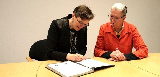 Direktören för Miljødirektoratet Ellen Hambro och vikarierande generaldirektör Eva Thörnelöf på Naturvårdsverket skriver på avtalet om gemensam rovdjursövervakning. Foto: Miljødirektoratet