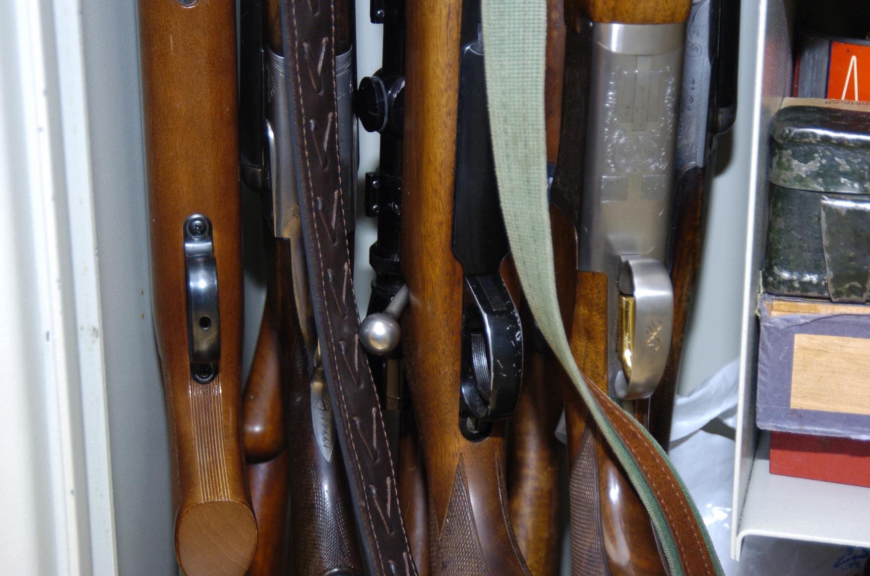 Vapen ska förvaras i godkänt säkerhetsskåp i den egna bostaden. Men undantag kan i vissa fall medges. Om inte av polisen så i varje fall i högre instans, vilket var fallet för den licensansökande Jönköpingsbon. Foto: Jan Henricson