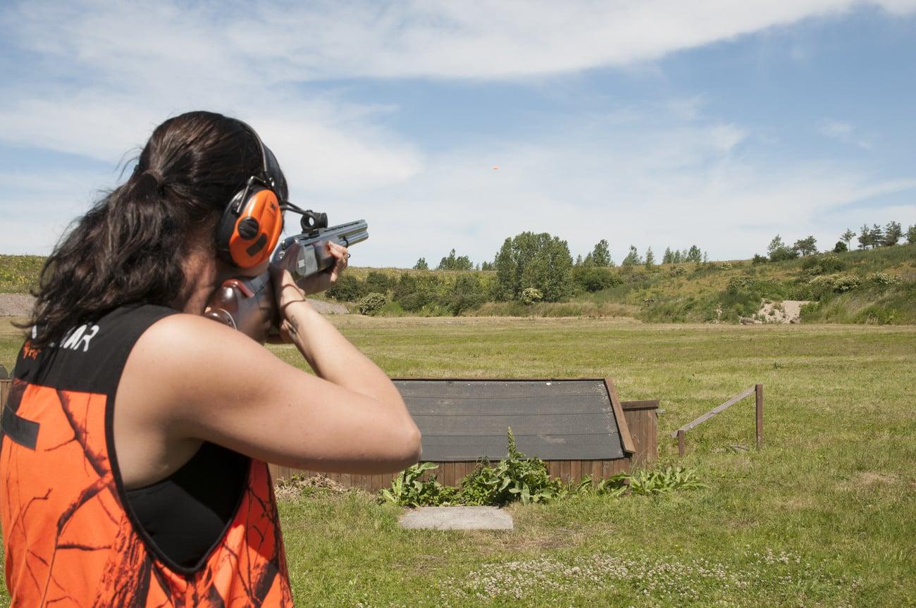 Allt fler kvinnor jagar och tränar skytte på jaktskyttebanorna. Då behövs det också kvinnor som är skjutinstruktörer, enligt Jägareförbundet. Foto: Jan Henricson