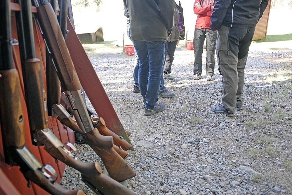 En jägare ska inte behöva vänta mer än fyra veckor på att få sin vapenlicens, anser polisen som nu föreslår ett snabbspår för att korta ner handläggningstiderna. Foto: Lars-Henrik Andersson