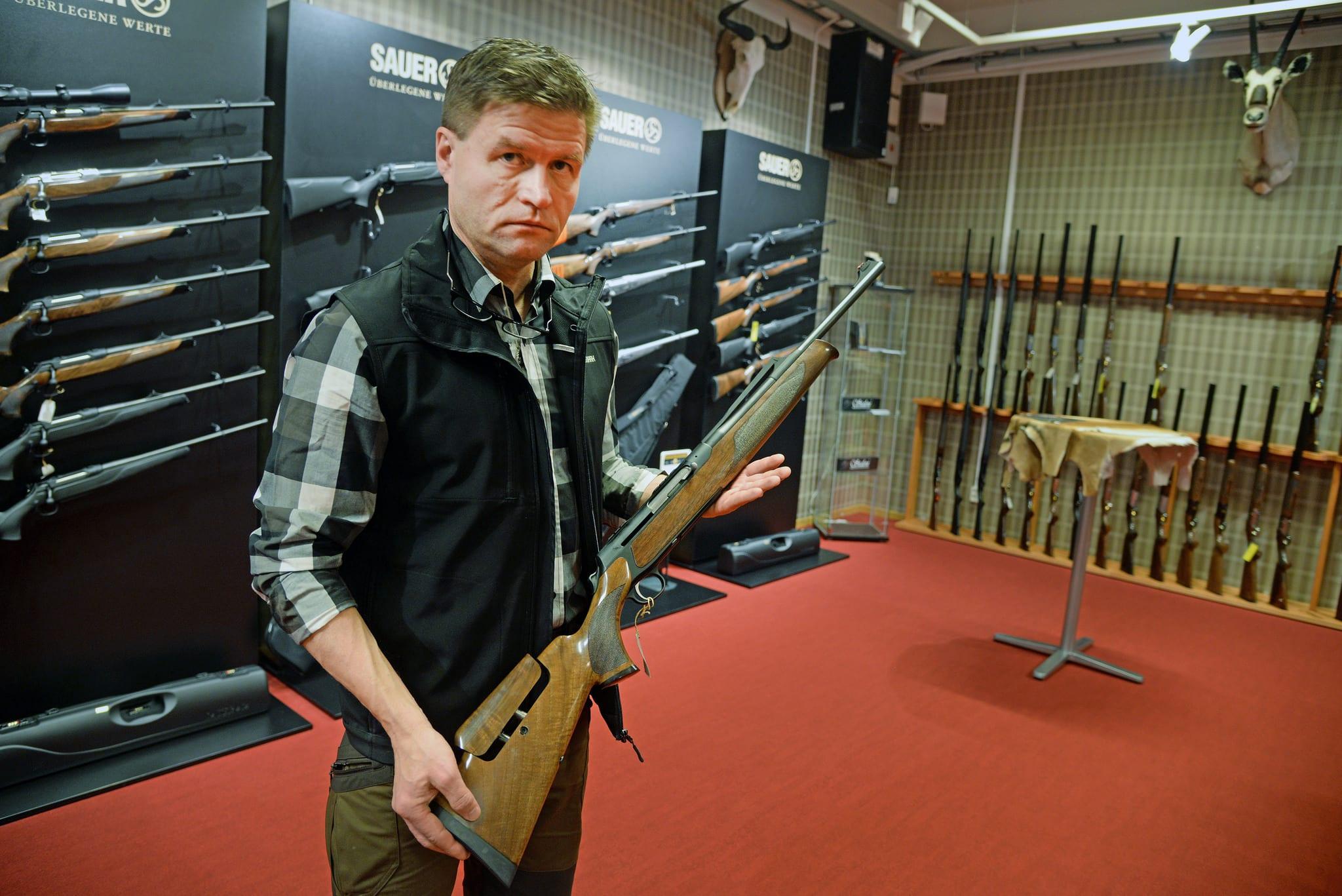 EU-kommissionens förslag om skärpt vapenlagstiftning slår fel och drabbar oskyldiga, menar Seved Viklund, som driver en jaktbutik i Piteå. Foto: Lars-Henrik Andersson