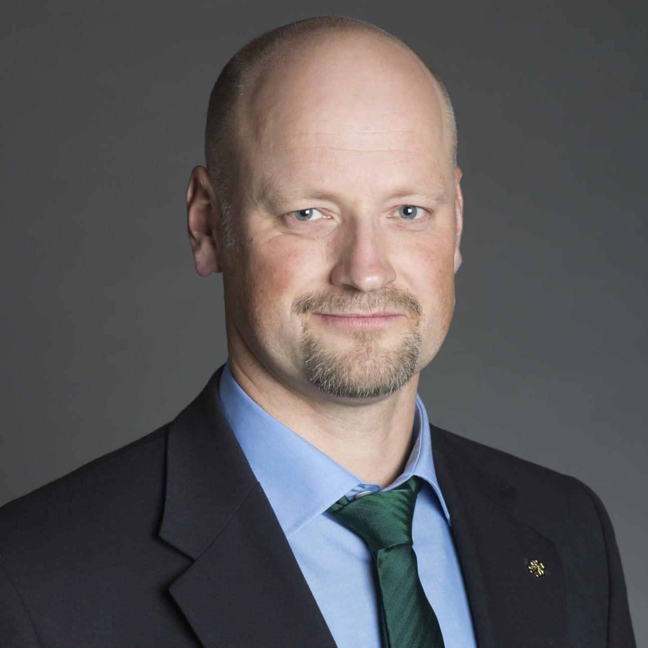 Daniel Bäckström (C) har skickat en skriftlig fråga till landsbygdsministern med anledning av att belsut om vargjakt kan överklagas till domstol.