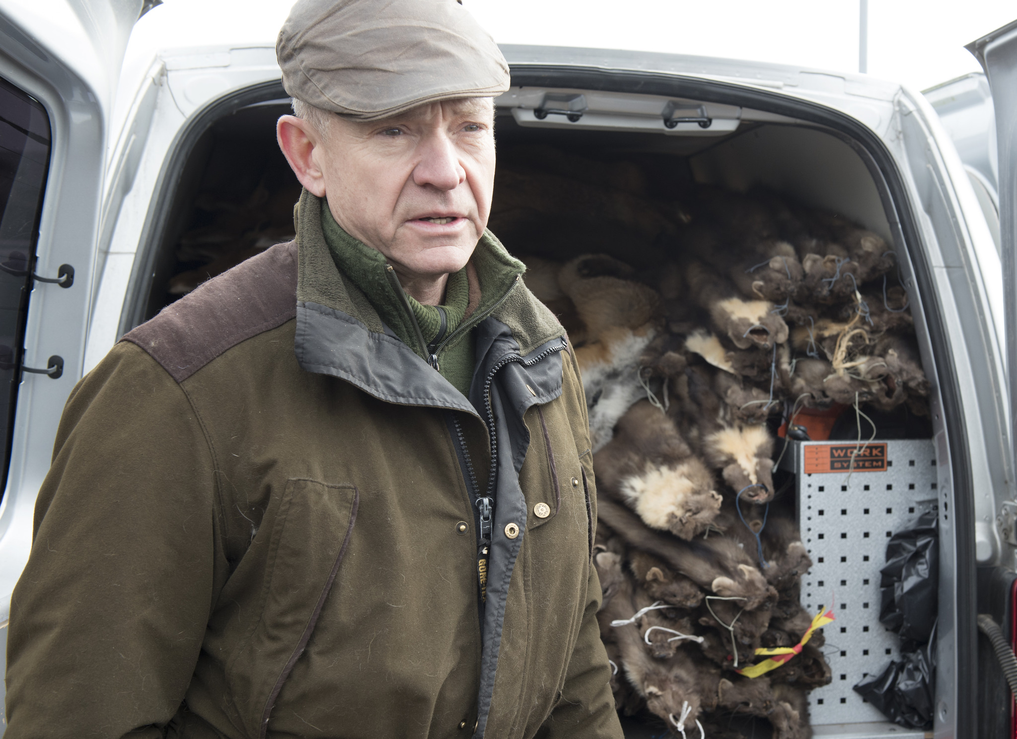 Skinnhandlare Anders Tengbom, Eksjö, bedömer att de svenska jägarna får ställa in sig på att få sämre betalt för sina viltskinn när det är dags att sälja dem efter höstens och vinterns jakt. Foto: Jan Henricson