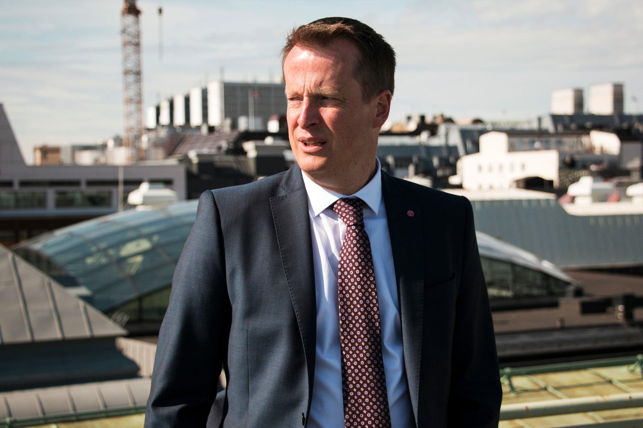 Inrikesminister Anders Ygeman (S) tänker stå upp för att det nya vapendirektivet inte ska ska drabba jägare i onödan, enligt en intervju i Ekot. Foto: Bill Nilsson/Regeringskansliet